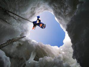 Североосетинские спасатели приняли участие в поисках 30-летней альпинистки на горе Эльбрус