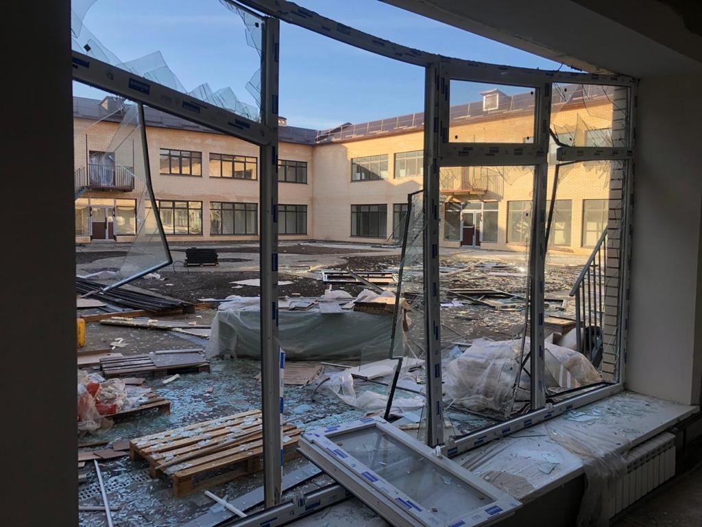 СКР и прокуратура проводят проверки по факту взрыва кислородного оборудования в здании строящейся школы в с. Цалык