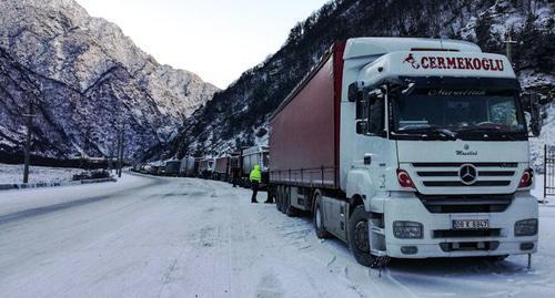 250 большегрузов ждут открытия Военно-Грузинской дороги