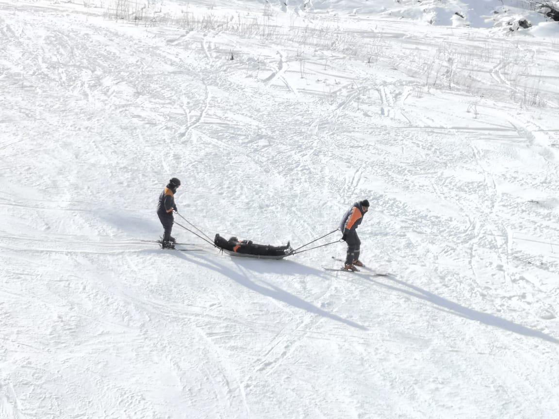 Североосетинские спасатели отработали навыки транспортировки пострадавших и поиска попавших под лавину в Цее