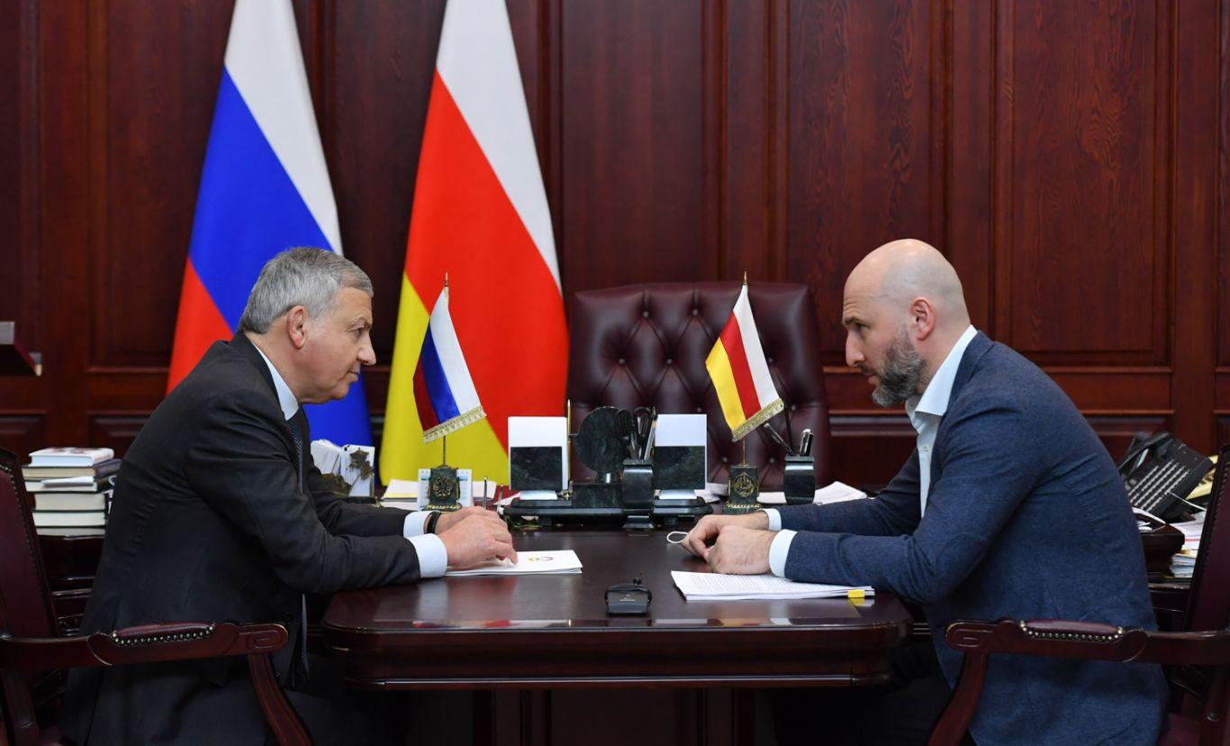 Вячеслав Битаров провел рабочую встречу с управляющим Северо-Осетинским отделением Сбербанка Амираном Левитским