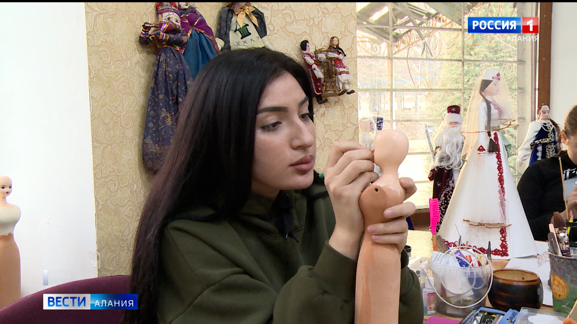 30 лет качества: мастера фирмы «Асик» создают фарфоровые куклы с национальным колоритом