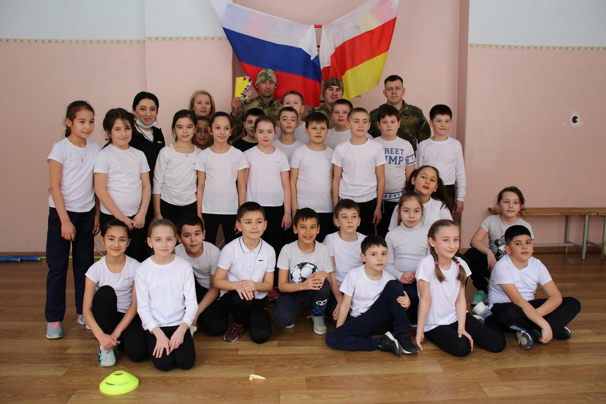 Во Владикавказе росгвардейцы провели зарядку для школьников