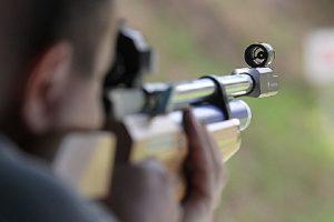 Случайно ранивший ребенка при стрельбе из винтовки житель Кировского района предстанет перед судом