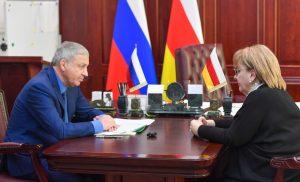 Вячеслав Битаров провел рабочую встречу с управляющим республиканским соцстрахом Залиной Айларовой