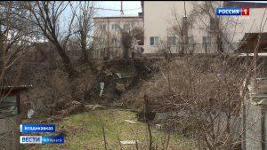 Обрушающийся после оползня участок двора первой владикавказской школы беспокоит жильцов улицы Павленко