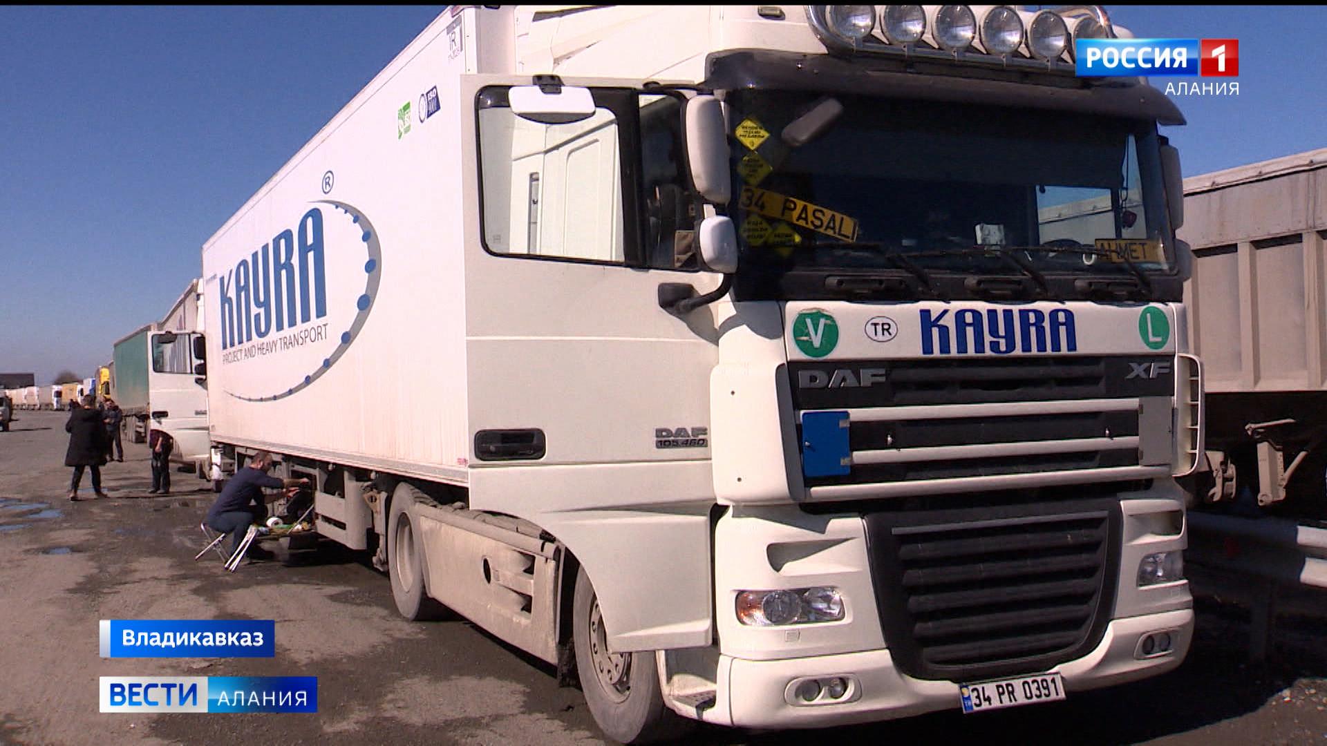 Сотни водителей большегрузов ждут возможности пересечь российско-грузинскую границу