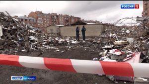 На месте разрушенного здания ТЦ во Владикавказе продолжается расчистка территории