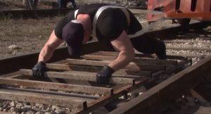Силач из Северной Осетии сдвинул поезд весом 145 тонн
