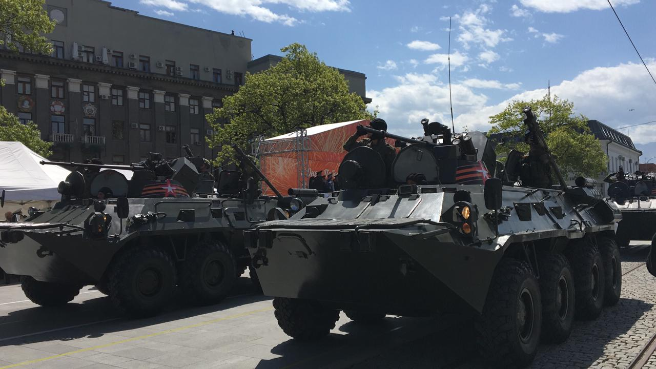 По площади Свободы проехало более 30 единиц военной техники