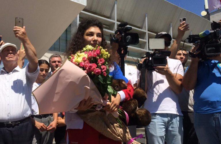 Бронзового призера Олимпиады-2020 Мадину Таймазову встретили в аэропорту Беслана